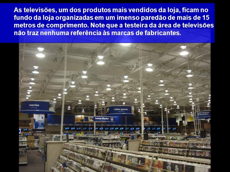 As televisões, um dos produtos mais vendidos da loja, ficam no fundo da loja organizadas em um imenso paredão de mais de 15 metros de comprimento.
