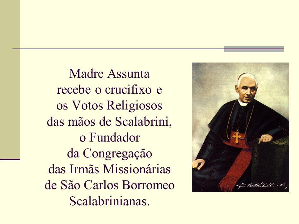 Madre Assunta recebe o crucifixo e os Votos Religiosos das mãos de Scalabrini, o Fundador da Congregação das Irmãs Missionárias de São Carlos Borromeo Scalabrinianas.
