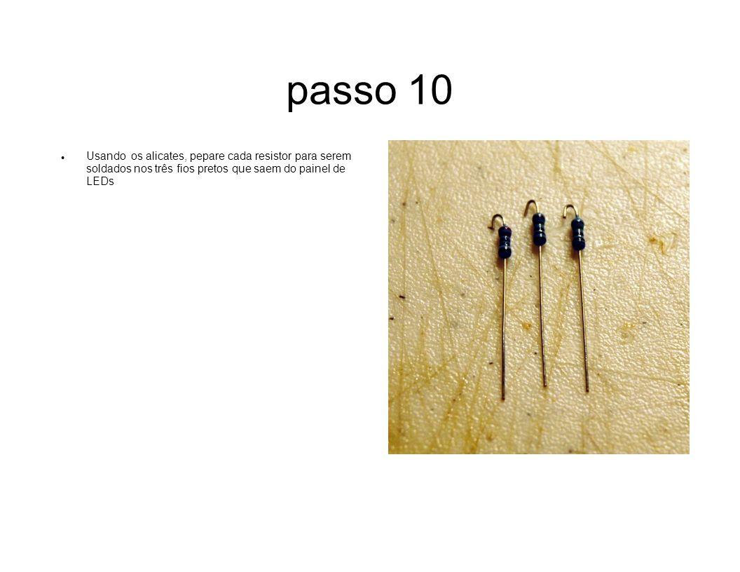 passo 10 Usando os alicates, pepare cada resistor para serem soldados nos três fios pretos que saem do painel de LEDs.