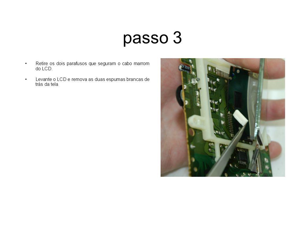 passo 3 Retire os dois parafusos que seguram o cabo marrom do LCD.
