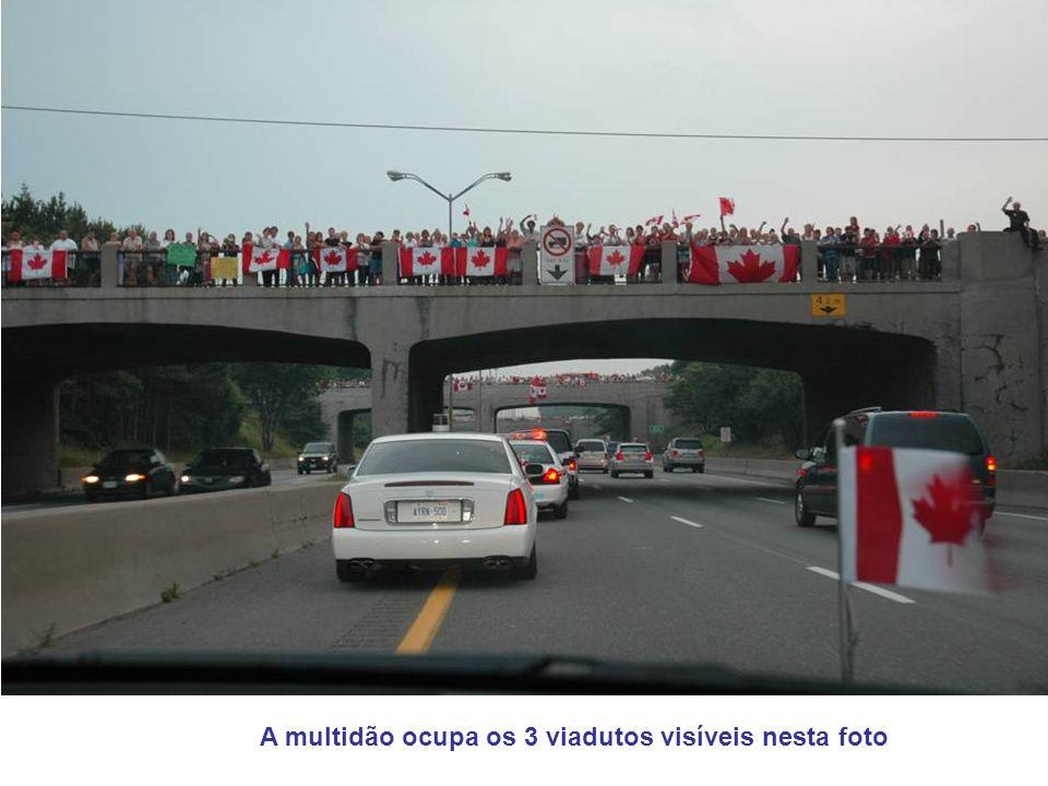 A multidão ocupa os 3 viadutos visíveis nesta foto