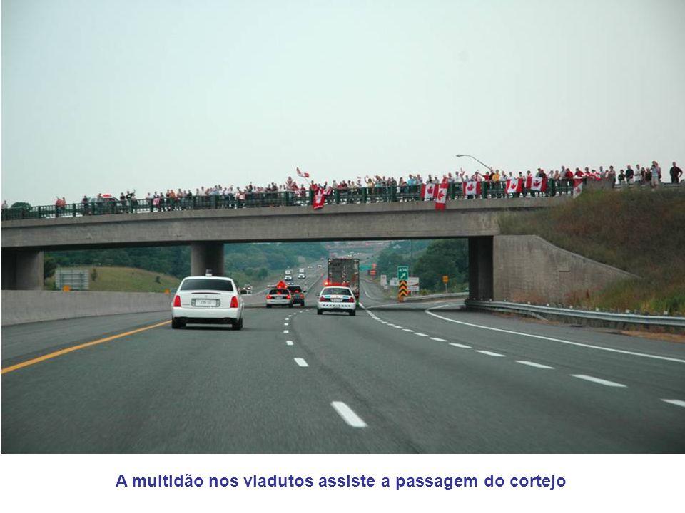 A multidão nos viadutos assiste a passagem do cortejo