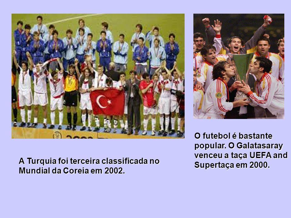 O futebol é bastante popular. O Galatasaray venceu a taça UEFA and