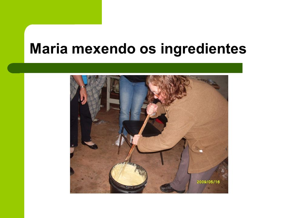 Maria mexendo os ingredientes