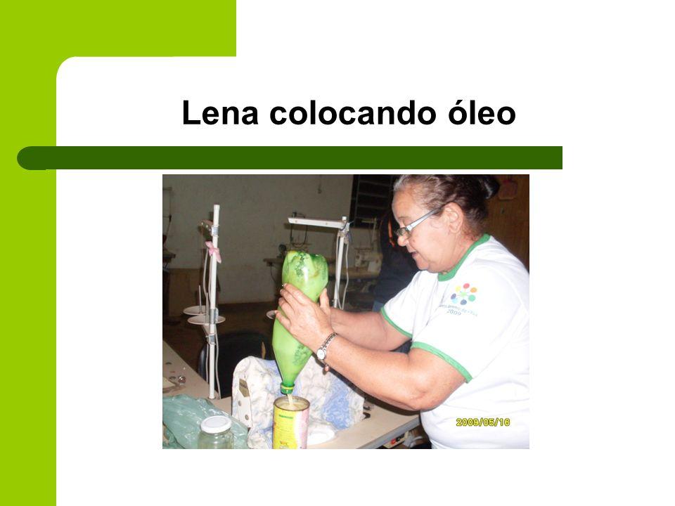 Lena colocando óleo