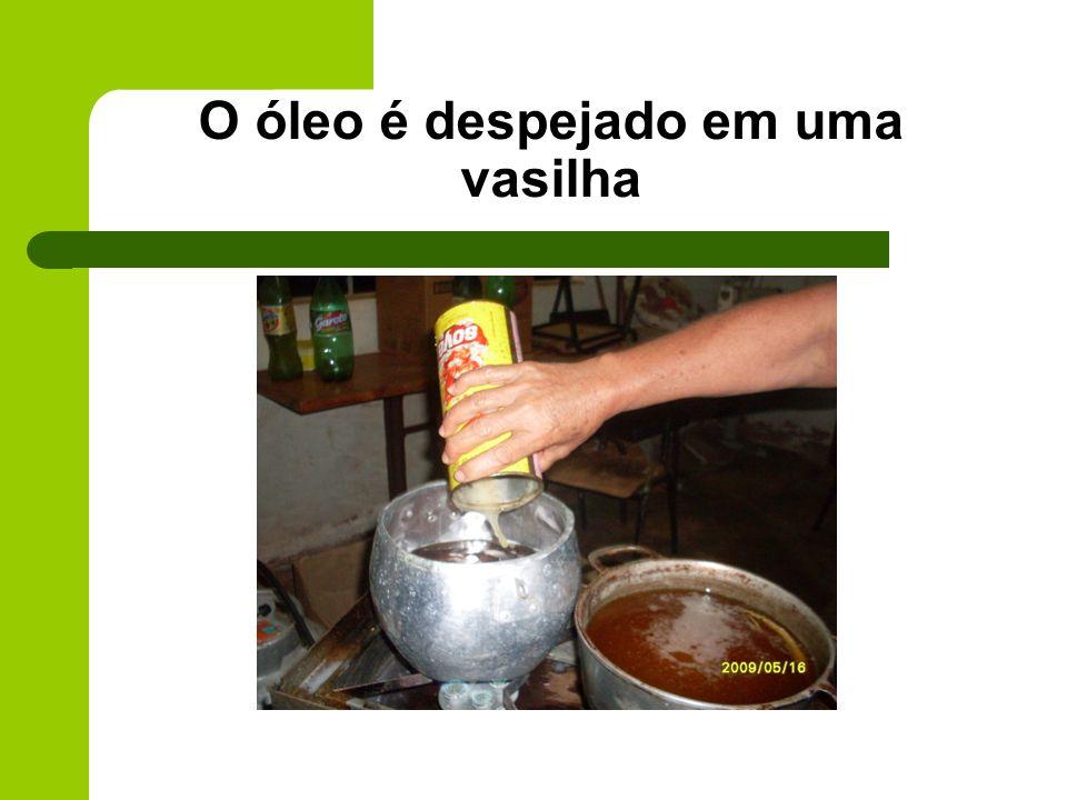 O óleo é despejado em uma vasilha