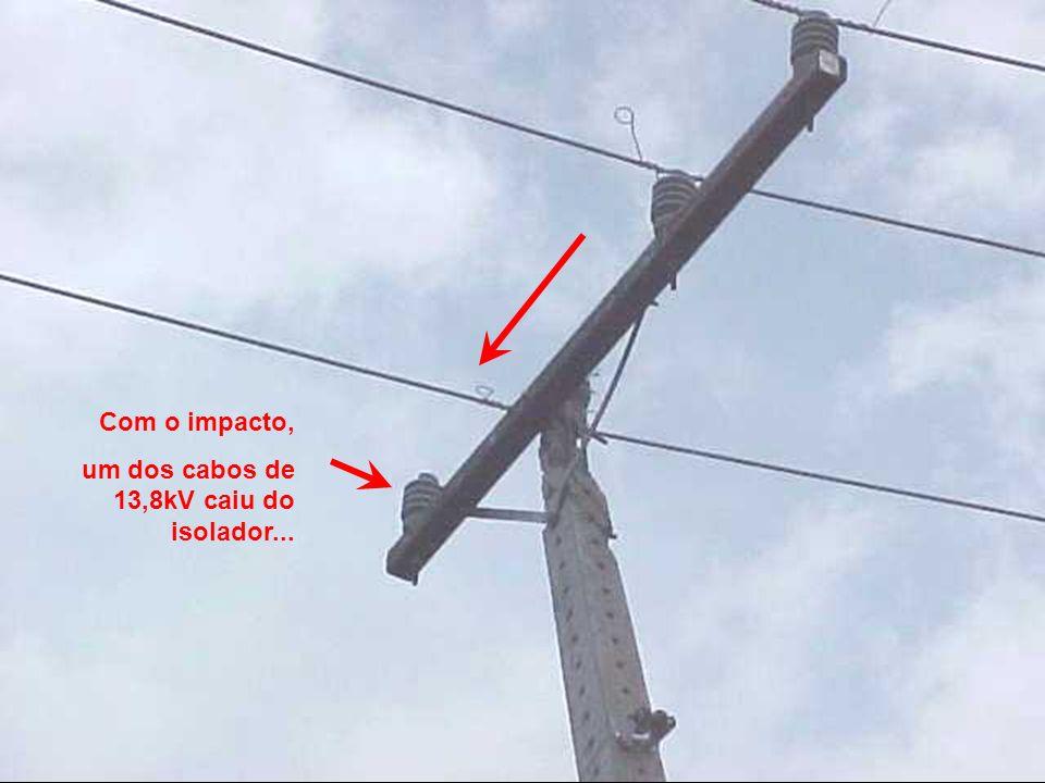 Com o impacto, um dos cabos de 13,8kV caiu do isolador...