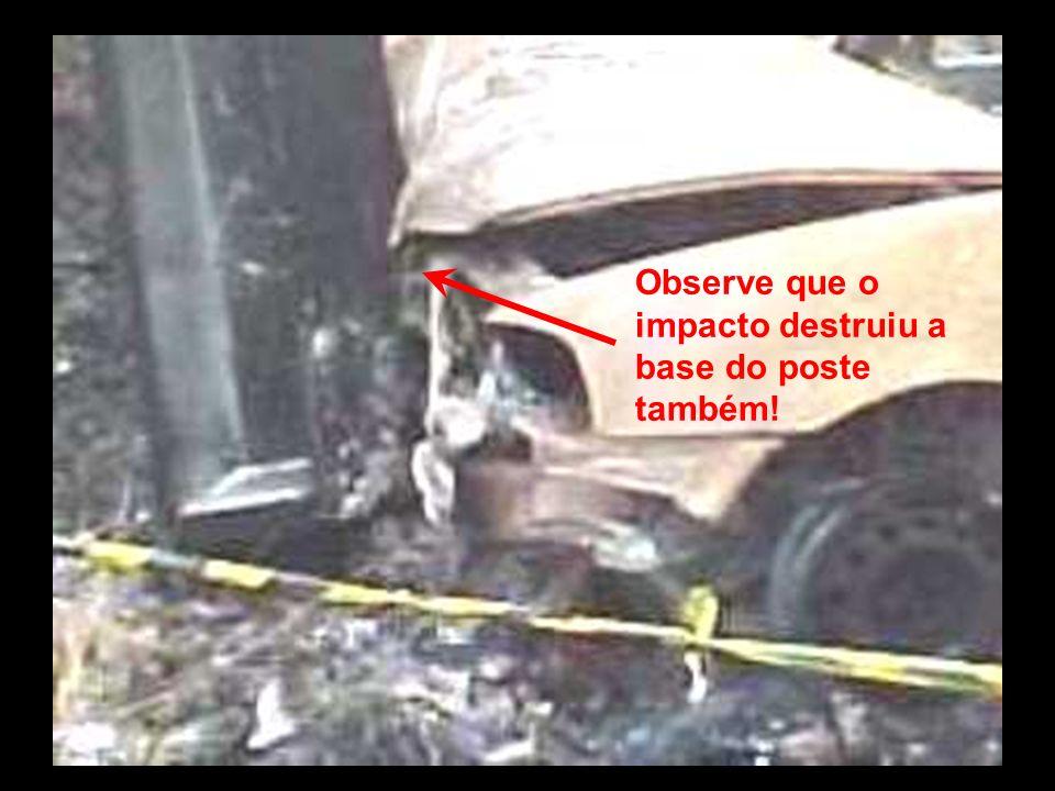 Observe que o impacto destruiu a base do poste também!