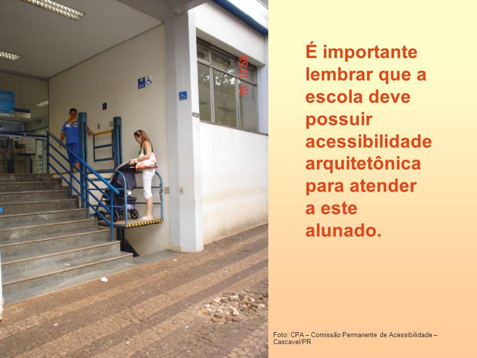 É importante lembrar que a escola deve possuir acessibilidade arquitetônica para atender a este alunado.