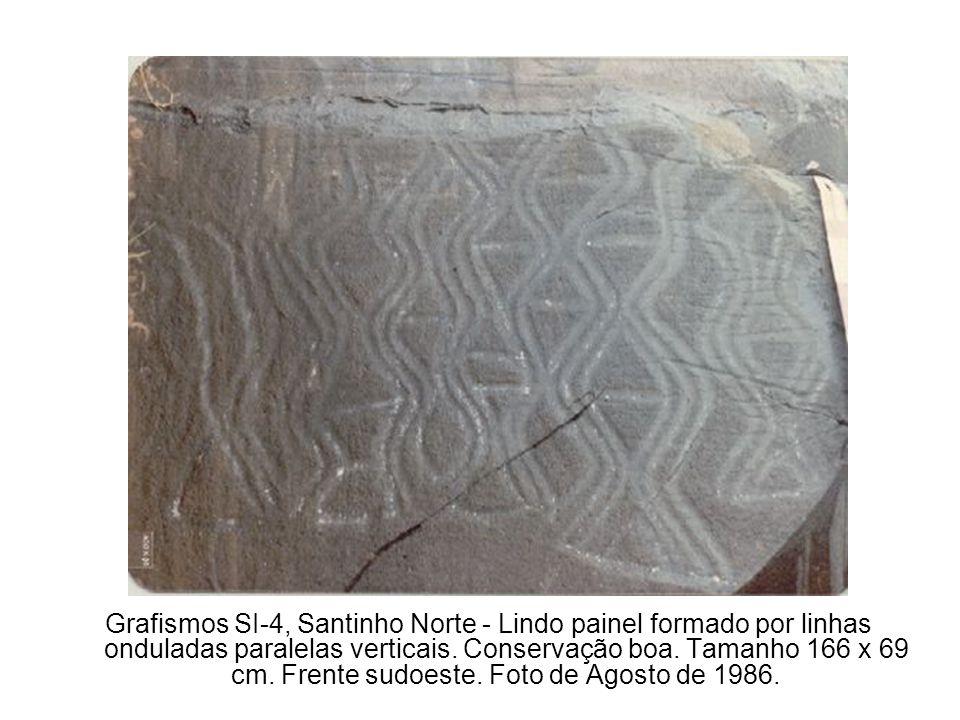 Grafismos SI-4, Santinho Norte - Lindo painel formado por linhas onduladas paralelas verticais.