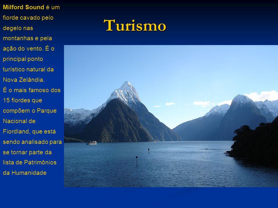 Milford Sound é um fiorde cavado pelo degelo nas montanhas e pela ação do vento. É o principal ponto turístico natural da Nova Zelândia.