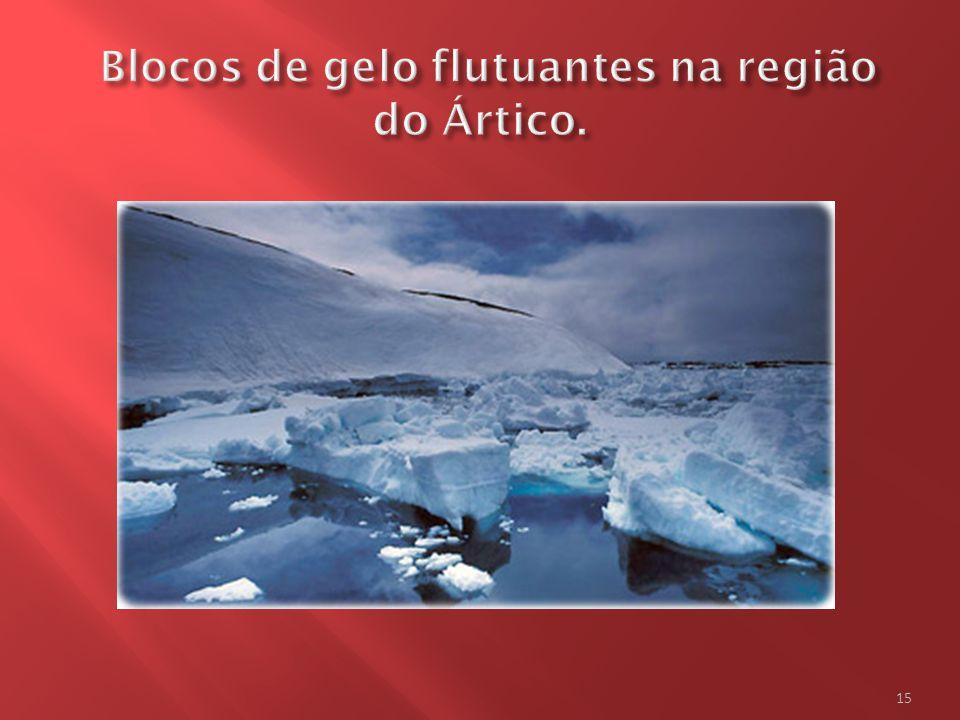 Blocos de gelo flutuantes na região do Ártico.