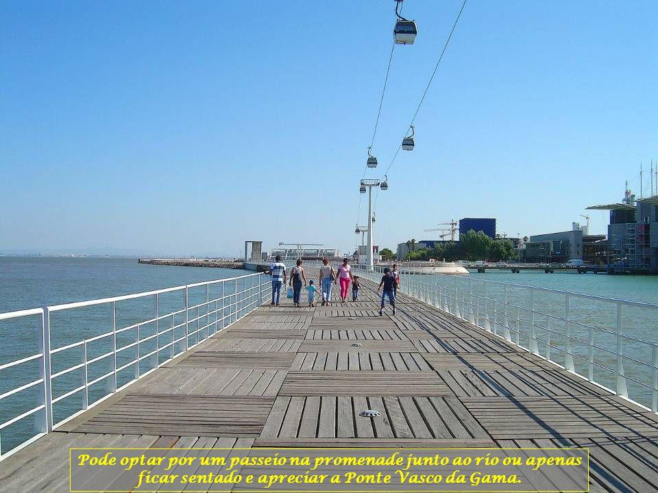 Pode optar por um passeio na promenade junto ao rio ou apenas ficar sentado e apreciar a Ponte Vasco da Gama.