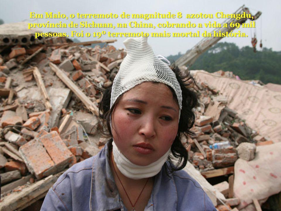 Em Maio, o terremoto de magnitude 8 azotou Chengdu, província de Sichuan, na China, cobrando a vida a 69 mil pessoas.