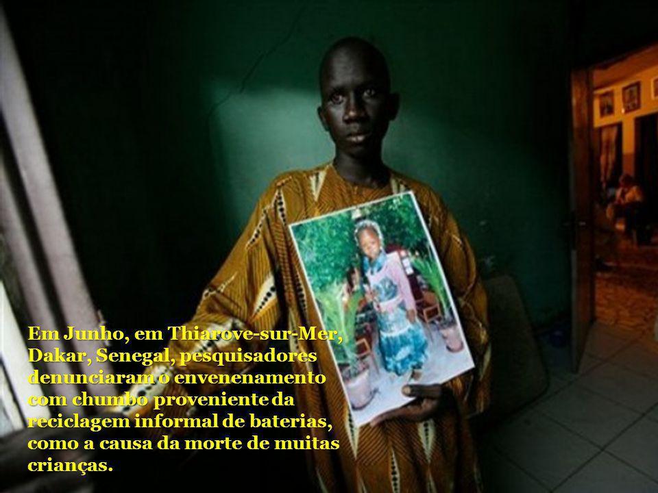 Em Junho, em Thiarove-sur-Mer, Dakar, Senegal, pesquisadores denunciaram o envenenamento com chumbo proveniente da reciclagem informal de baterias, como a causa da morte de muitas crianças.