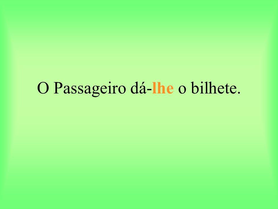 O Passageiro dá-lhe o bilhete.