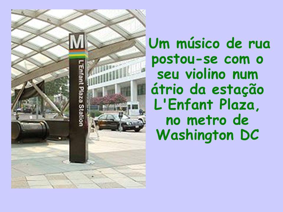 Um músico de rua postou-se com o seu violino num átrio da estação L Enfant Plaza, no metro de Washington DC