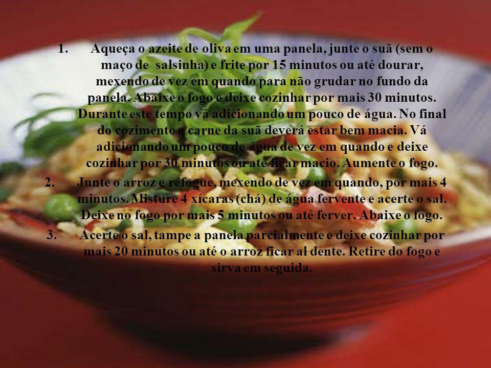 Aqueça o azeite de oliva em uma panela, junte o suã (sem o maço de salsinha) e frite por 15 minutos ou até dourar, mexendo de vez em quando para não grudar no fundo da panela. Abaixe o fogo e deixe cozinhar por mais 30 minutos. Durante este tempo vá adicionando um pouco de água. No final do cozimento a carne da suã deverá estar bem macia. Vá adicionando um pouco de água de vez em quando e deixe cozinhar por 30 minutos ou até ficar macio. Aumente o fogo.