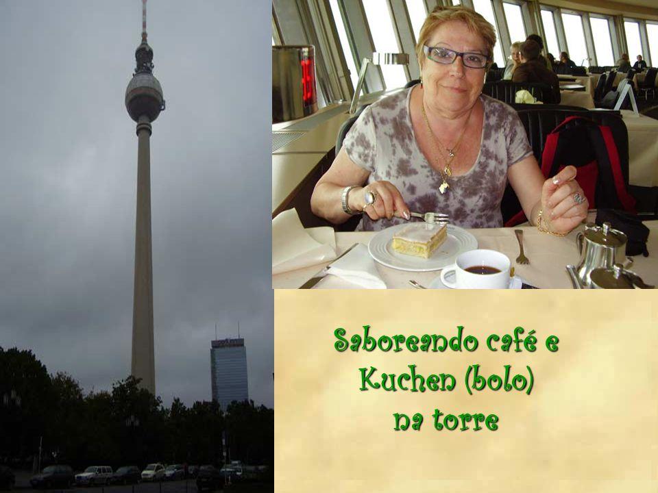 Saboreando café e Kuchen (bolo) na torre
