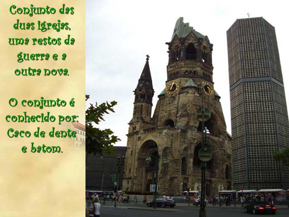 Conjunto das duas igrejas, uma restos da guerra e a outra nova.