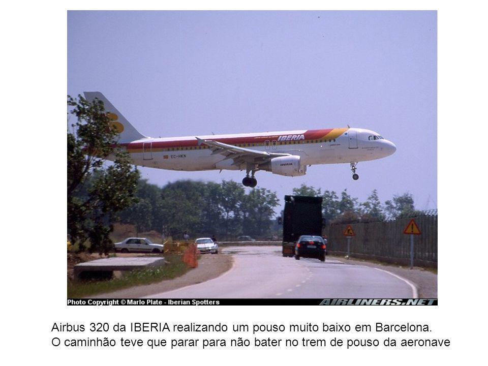 Airbus 320 da IBERIA realizando um pouso muito baixo em Barcelona.