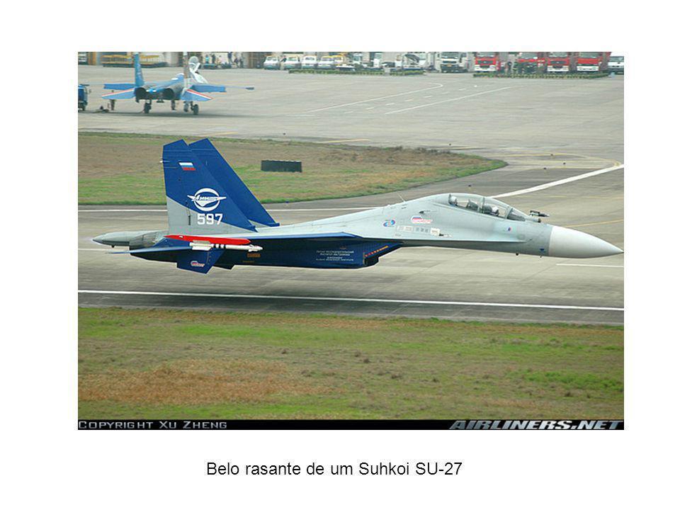 Belo rasante de um Suhkoi SU-27