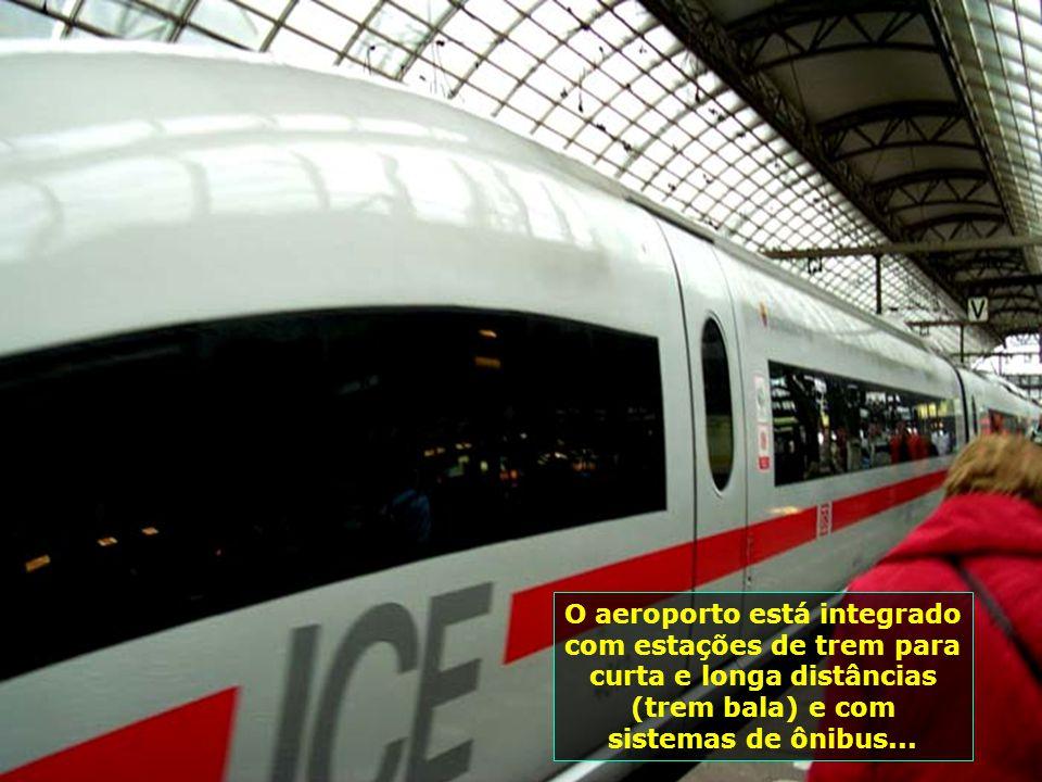 O aeroporto está integrado com estações de trem para curta e longa distâncias (trem bala) e com sistemas de ônibus...
