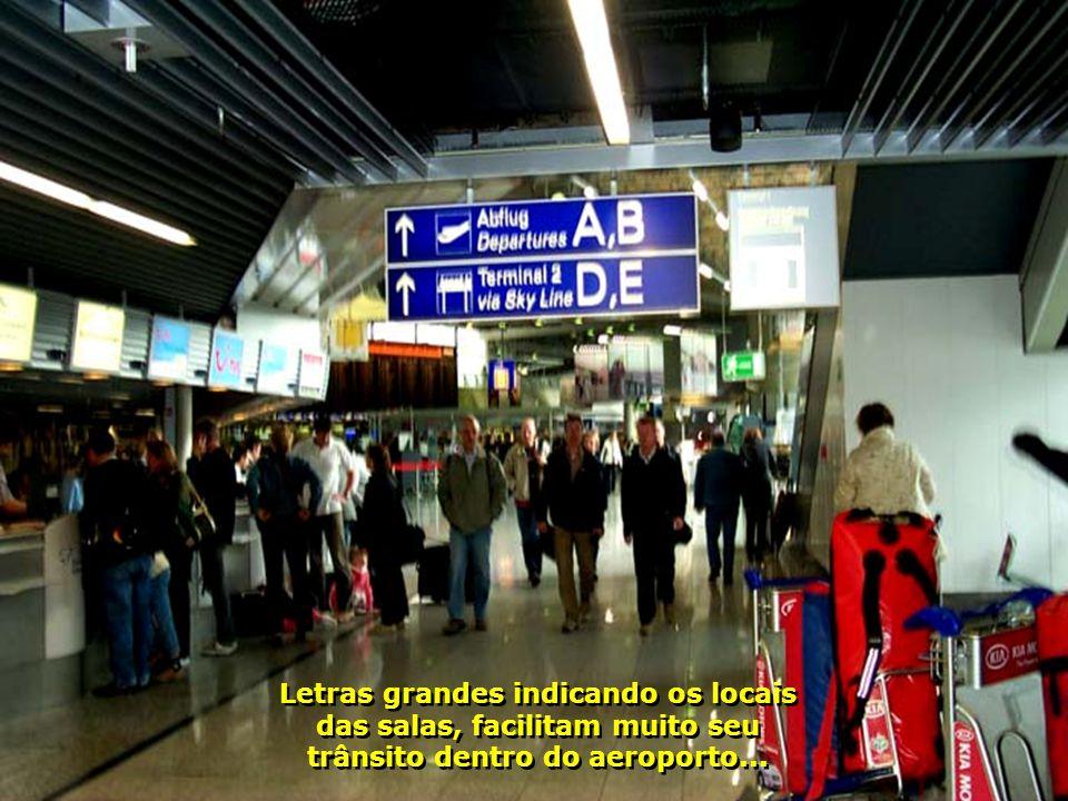 7244 Letras grandes indicando os locais das salas, facilitam muito seu trânsito dentro do aeroporto...