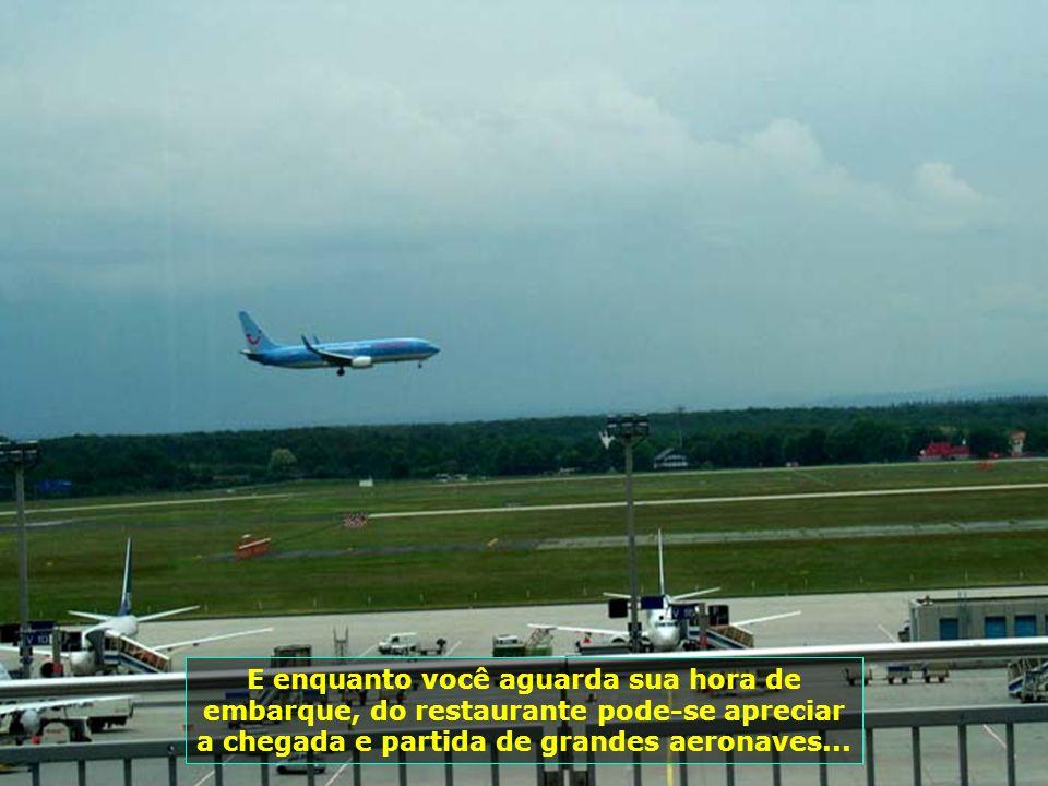 7237 E enquanto você aguarda sua hora de embarque, do restaurante pode-se apreciar a chegada e partida de grandes aeronaves...