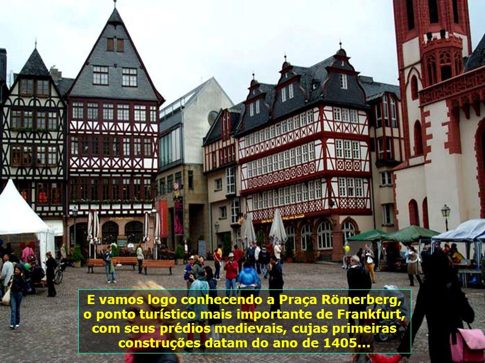 E vamos logo conhecendo a Praça Römerberg, o ponto turístico mais importante de Frankfurt, com seus prédios medievais, cujas primeiras construções datam do ano de 1405...