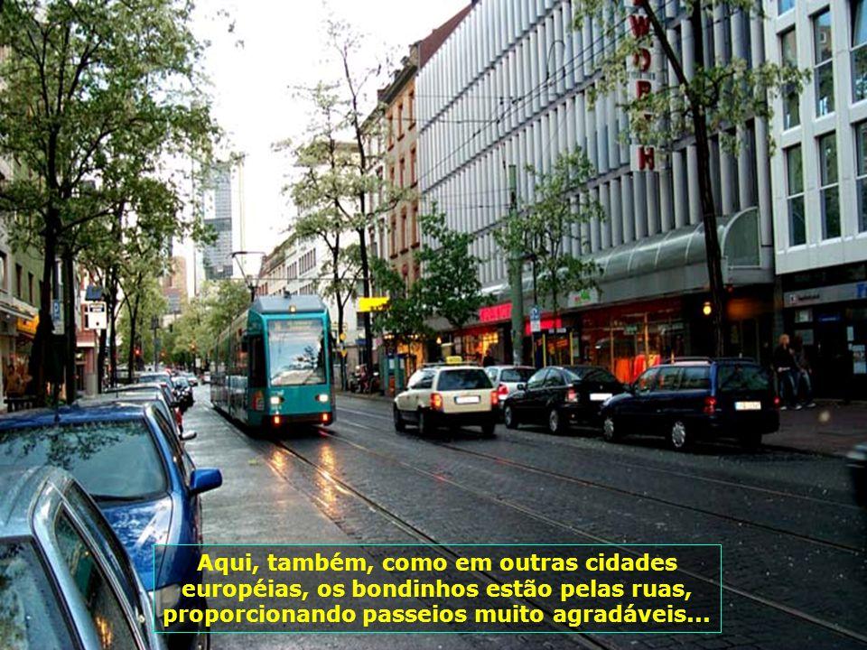 Aqui, também, como em outras cidades européias, os bondinhos estão pelas ruas, proporcionando passeios muito agradáveis...