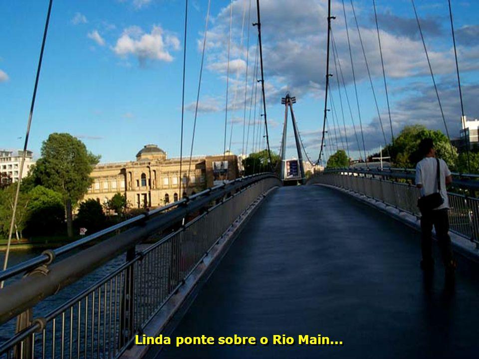 Linda ponte sobre o Rio Main...