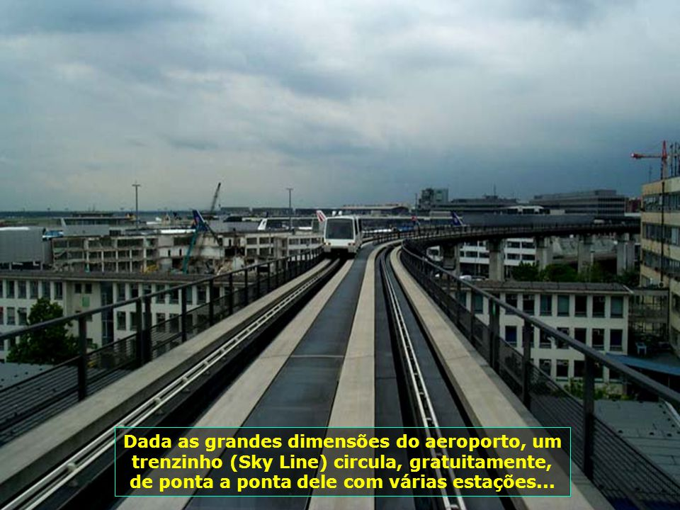 7211 Dada as grandes dimensões do aeroporto, um trenzinho (Sky Line) circula, gratuitamente, de ponta a ponta dele com várias estações...