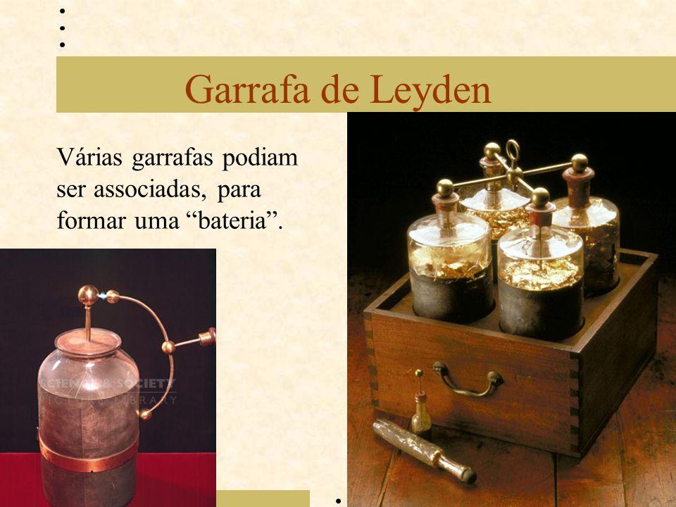 Garrafa de Leyden Várias garrafas podiam ser associadas, para formar uma bateria .