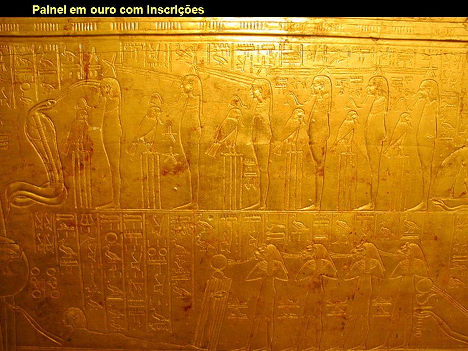 Painel em ouro com inscrições