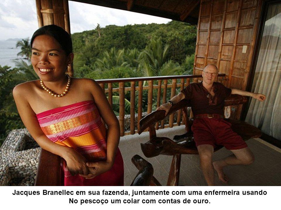 Jacques Branellec em sua fazenda, juntamente com uma enfermeira usando