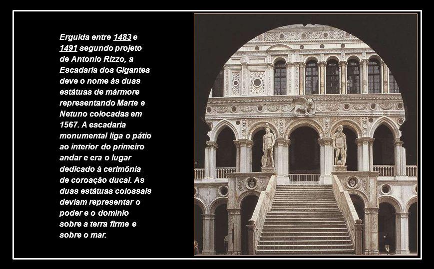 Erguida entre 1483 e 1491 segundo projeto de Antonio Rizzo, a Escadaria dos Gigantes deve o nome às duas estátuas de mármore representando Marte e Netuno colocadas em 1567.