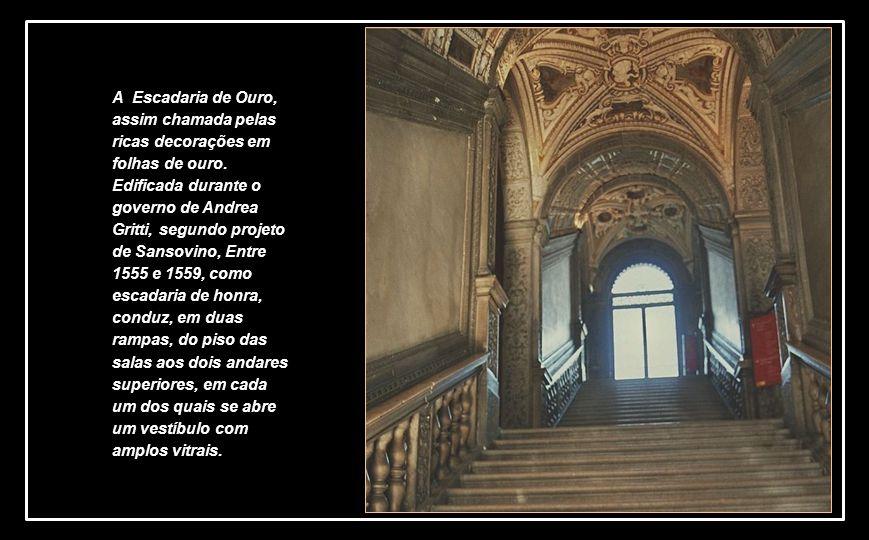 A Escadaria de Ouro, assim chamada pelas ricas decorações em folhas de ouro.