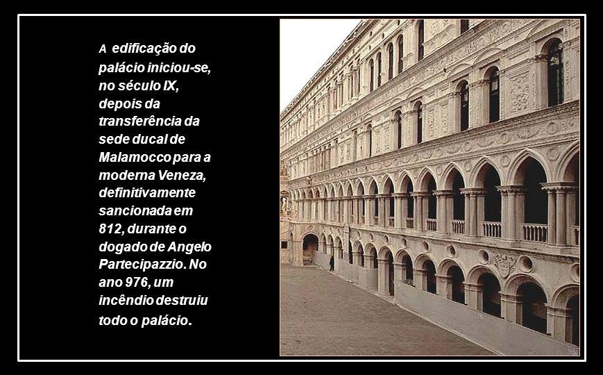 A edificação do palácio iniciou-se, no século IX, depois da transferência da sede ducal de Malamocco para a moderna Veneza, definitivamente sancionada em 812, durante o dogado de Angelo Partecipazzio.