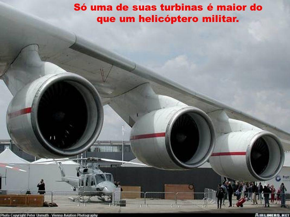 Só uma de suas turbinas é maior do que um helicóptero militar.