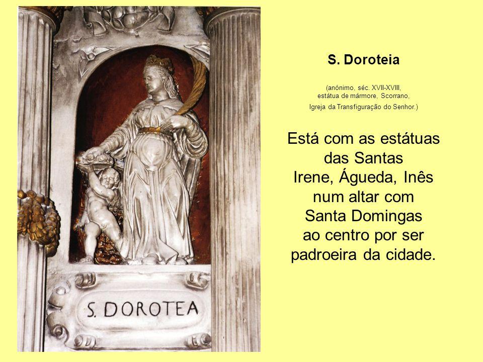 Está com as estátuas das Santas Irene, Águeda, Inês num altar com