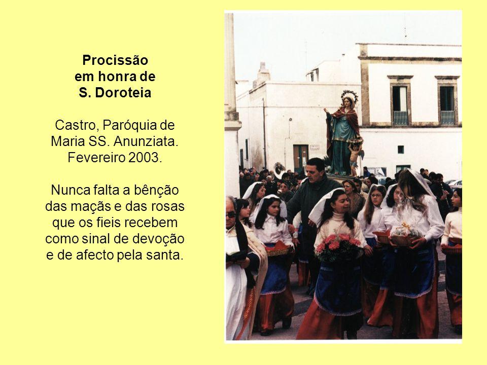 Procissão em honra de. S. Doroteia. Castro, Paróquia de. Maria SS. Anunziata. Fevereiro 2003. Nunca falta a bênção.