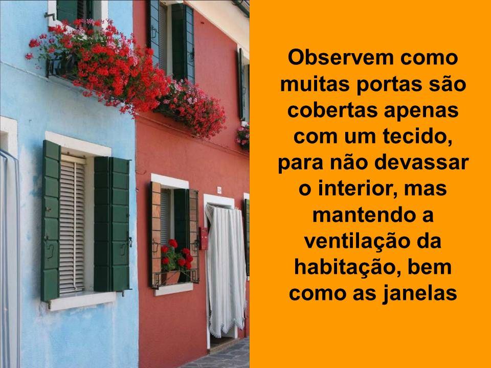 Observem como muitas portas são cobertas apenas com um tecido, para não devassar o interior, mas mantendo a ventilação da habitação, bem como as janelas