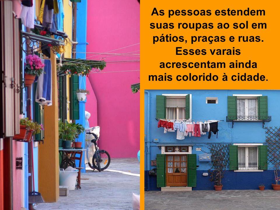 As pessoas estendem suas roupas ao sol em pátios, praças e ruas.