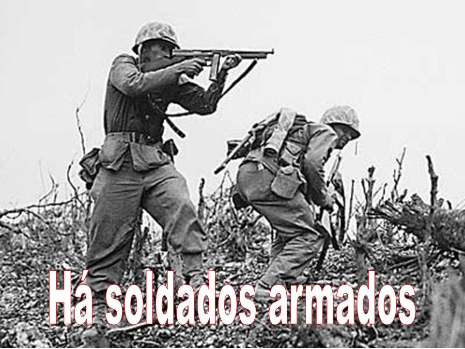 Há soldados armados