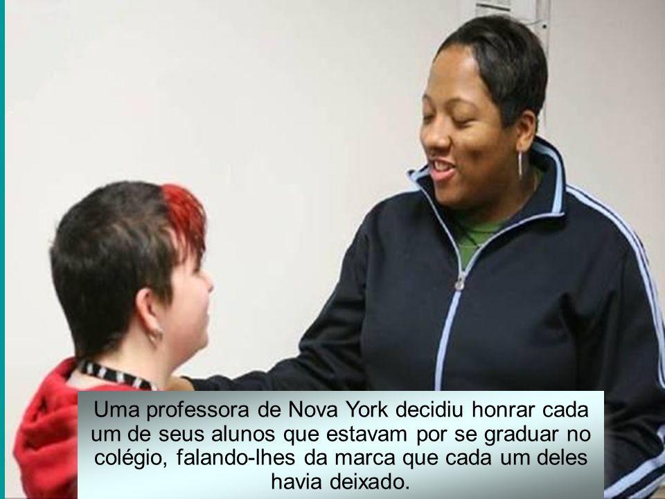 Uma professora de Nova York decidiu honrar cada um de seus alunos que estavam por se graduar no colégio, falando-lhes da marca que cada um deles havia deixado.