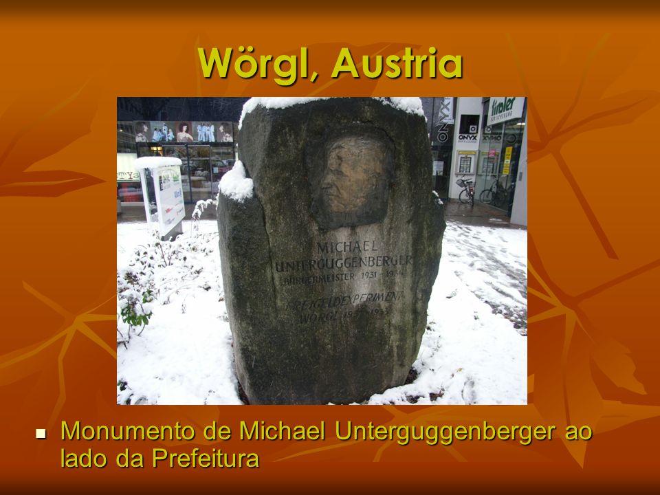 Wörgl, Austria Monumento de Michael Unterguggenberger ao lado da Prefeitura