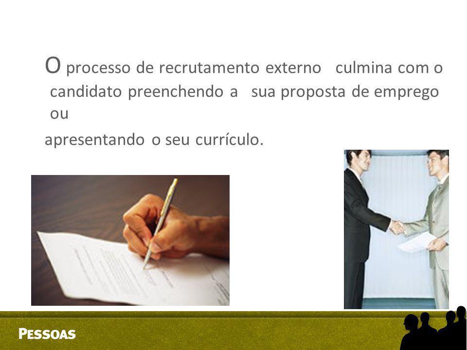 O processo de recrutamento externo culmina com o candidato preenchendo a sua proposta de emprego ou apresentando o seu currículo.