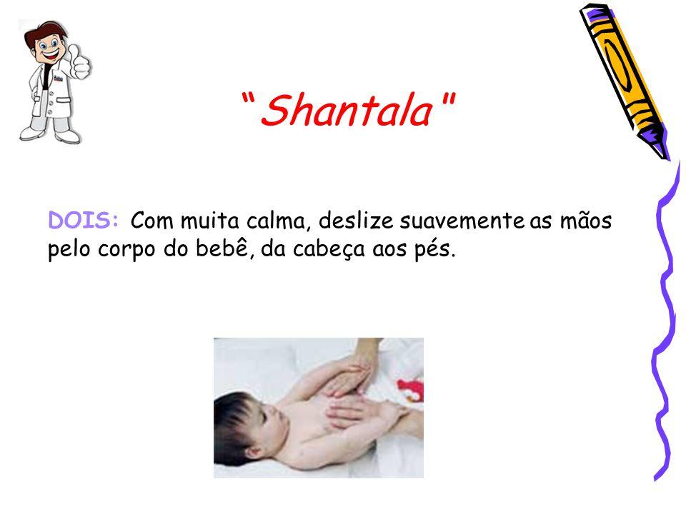 Shantala DOIS: Com muita calma, deslize suavemente as mãos pelo corpo do bebê, da cabeça aos pés.