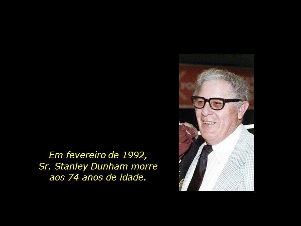 Em fevereiro de 1992, Sr. Stanley Dunham morre aos 74 anos de idade.